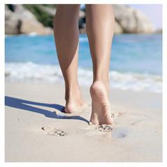 Aplikace chladivého gelu na nohy proti otokům